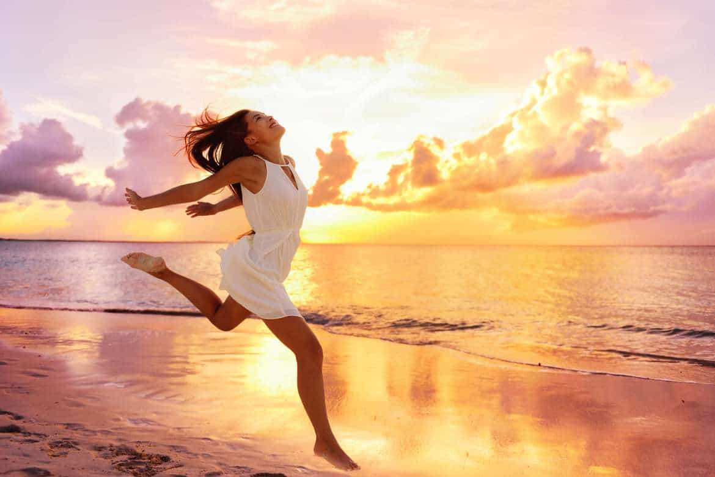 Lebenszahl 1 - Frau am Strand bei Sonnenaufgang