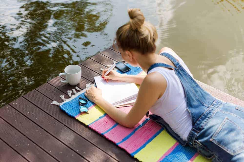 Lerntypengerechtes Lernen - Frau arbeitet am Steg am Marketingkonzept - Lizenzierte Berater