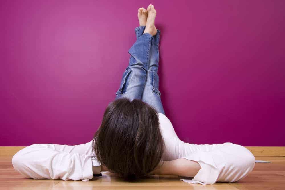 Persönliches Jahr - entspannte Frau mit Füßen zur Wand
