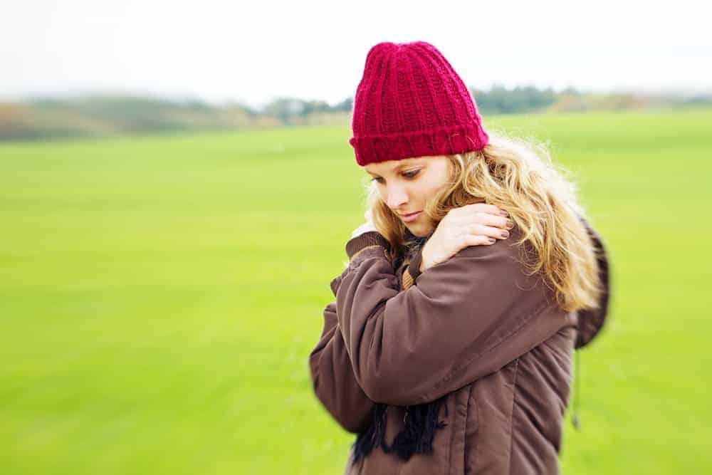 Frau nachdenklich auf Wiese - Lebenszahl 6