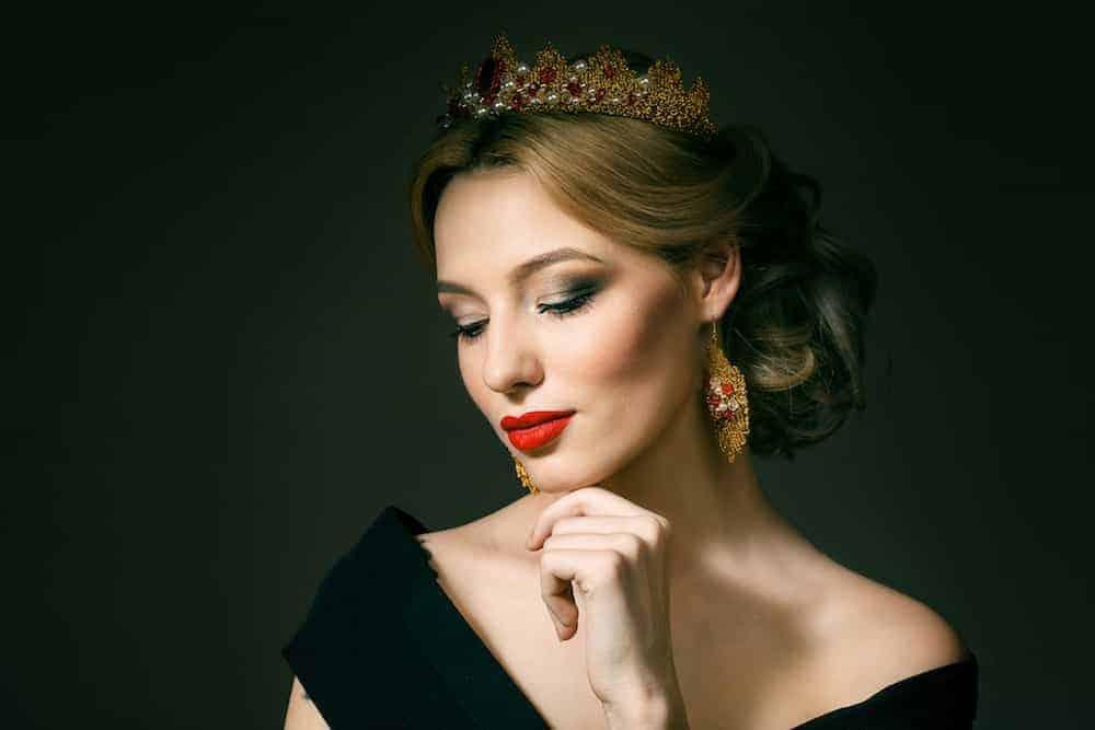hübsche Frau mit Krone auf dem Kopf - Lebenszahl 8