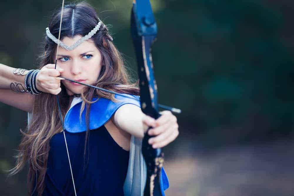 Frau als Bogenschützin - Lebenszahl 8