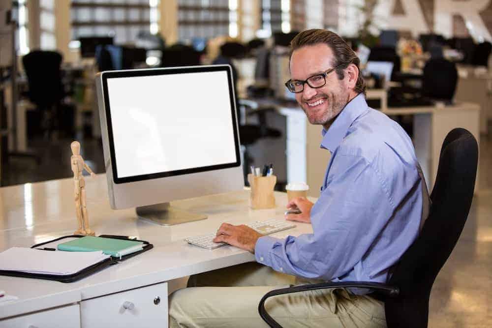 Bedeutung der Zahlen - Lebenszahlen Einführung - Lebenszahl 4 - Geschäftsmann am Computer