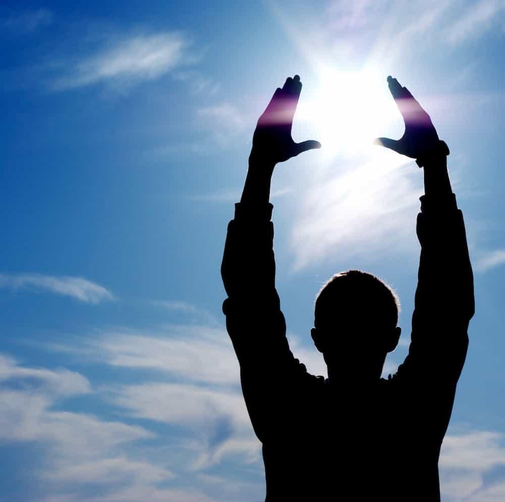 Bedeutung der Zahlen - Lebenszahlen Einführung - Lebenszahl 5 - Mann fängt Sonne ein