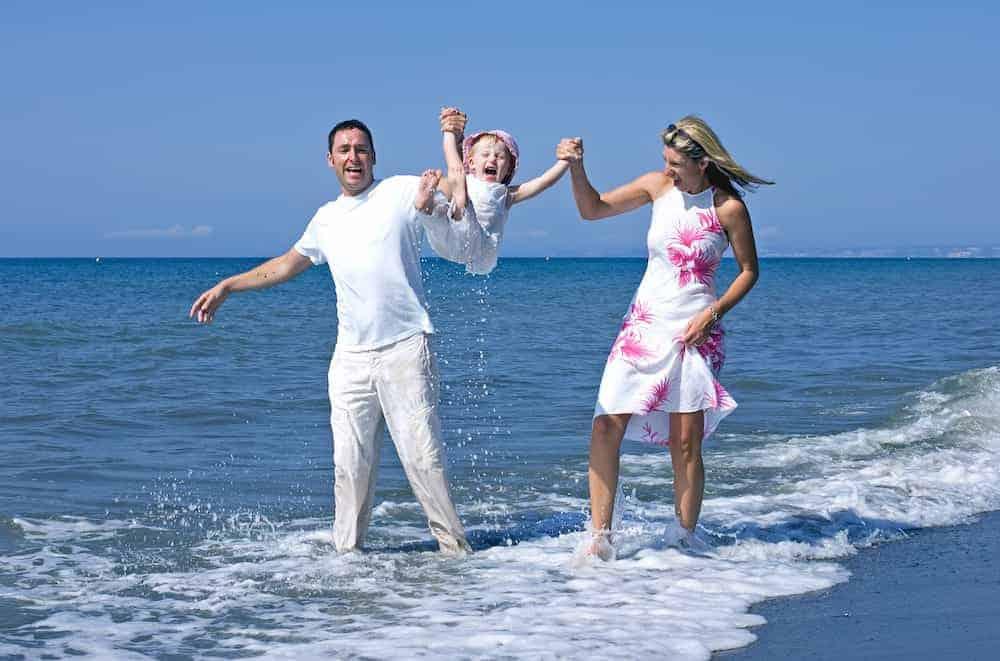 Bedeutung der Zahlen - Lebenszahlen Einführung - Lebenszahl 6 - Familie glücklich am Strand Meer