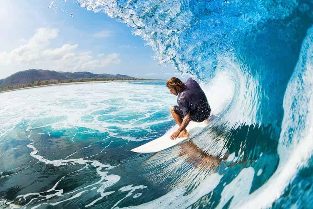 Bedeutung der Zahlen - Lebenszahlen Einführung - Lebenszahl 8 - Mann surft im Meer Welle