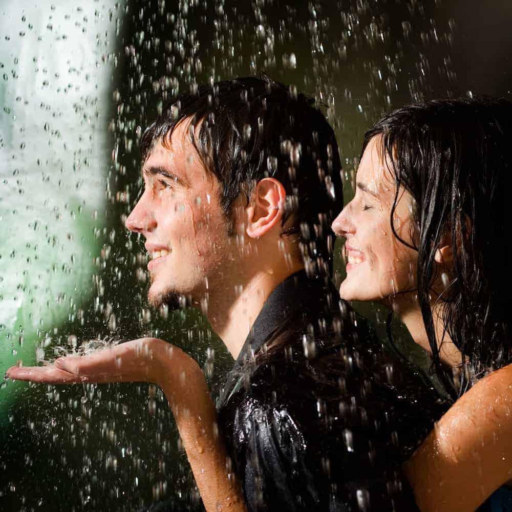 Bedeutung der Zahlen - Lebenszahlen Einführung - Lebenszahl 11/2 - fröhliches Paar im Regen
