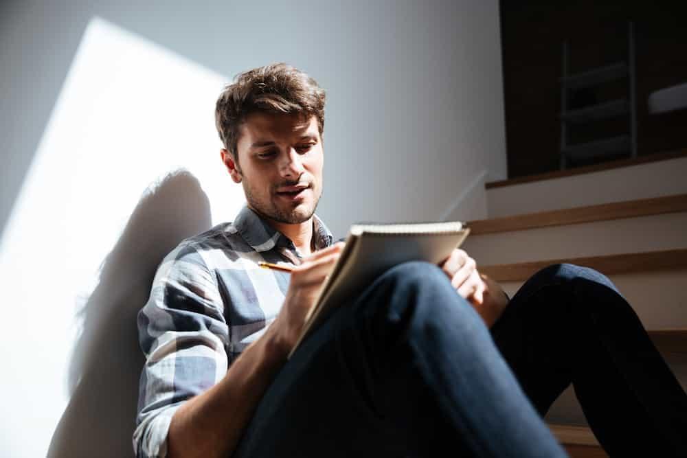Bedeutung der Zahlen - Lebenszahlen Einführung - Lebenszahl 22/4 - Mann auf Stiege mit iPad
