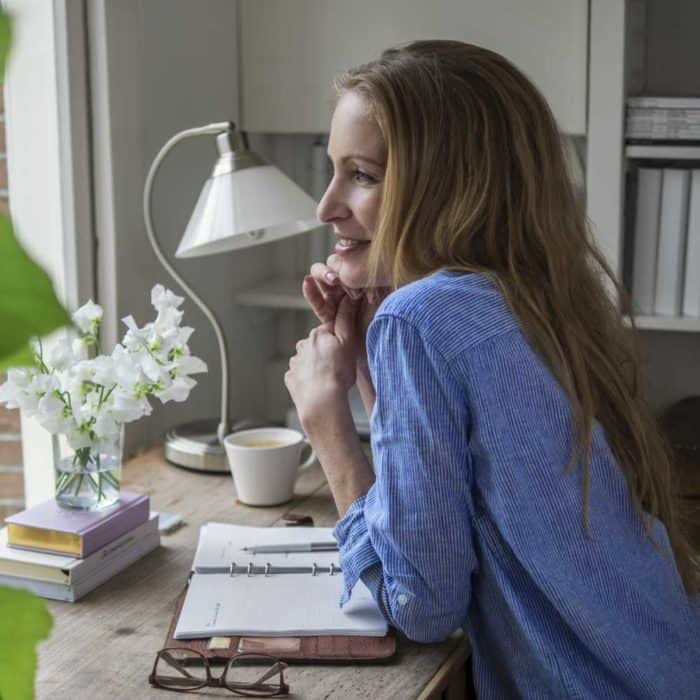 Lerntypengerechtes Lernen - Frau am Schreibtisch