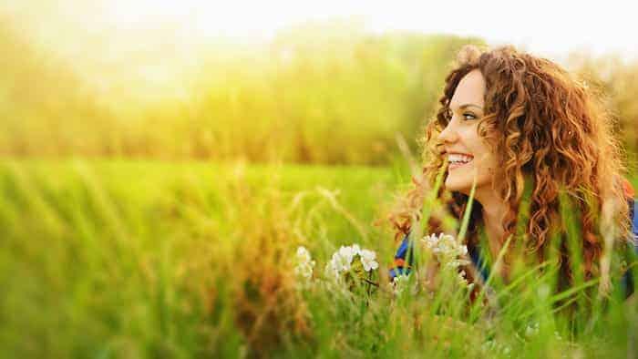 Frau entspannt auf der Wiese