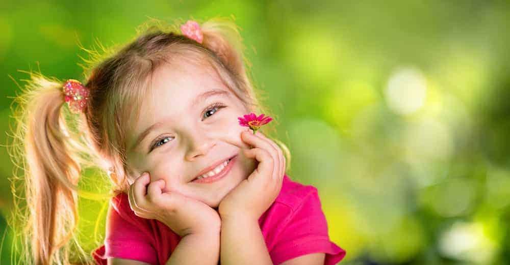 Lebenszahl 7 Kinder: Mädchen mit Blümchen im Grünen