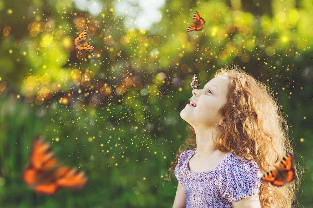 Lebenszahl 22/4 Kinder: Mädchen spielt mit Schmetterlingen