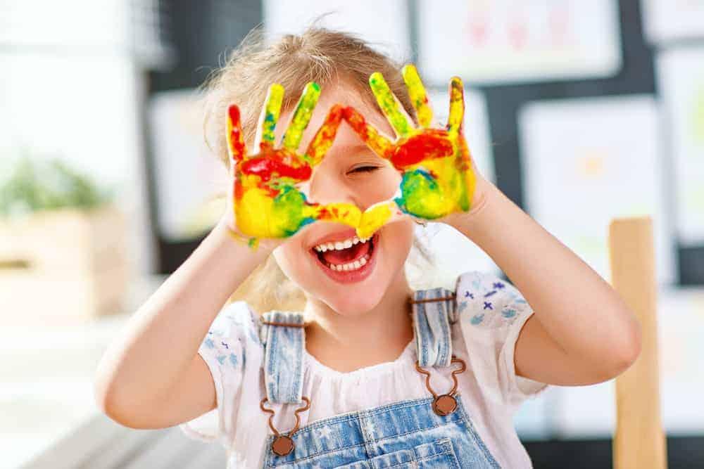 Lebenszahl 3 Kinder: Kind mit bunten Händen